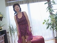 Seductive moves performed by mature dame attract views