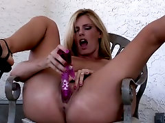 Amazing bootyful blond head Darryl Hanah makes grimaces while teasing twat